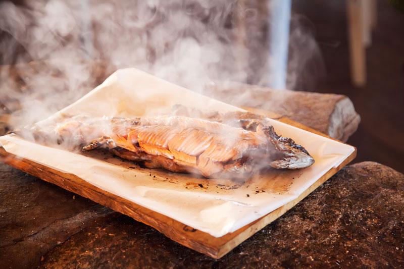 De beloning, verse vis van de barbecue - reisjournalist Kim van Dam Finland, Lapland
