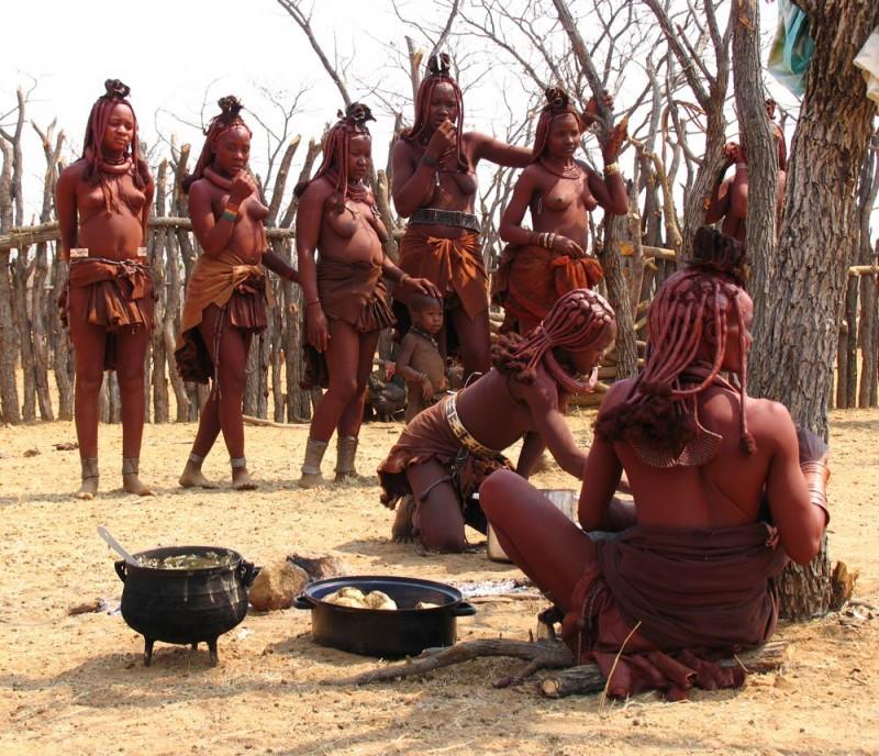 Himba vrouwen in de rij voor het eten, Namibie
