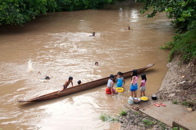 Embera Panama, kinderen spelen in Rio Mogue, Darien, Panama