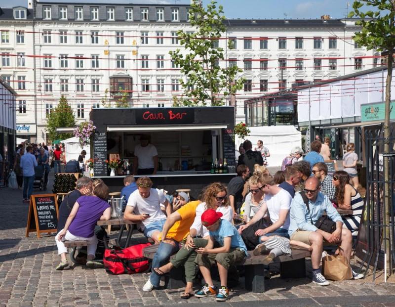 Stedentrip Kopenhagen: Mensen op een terras