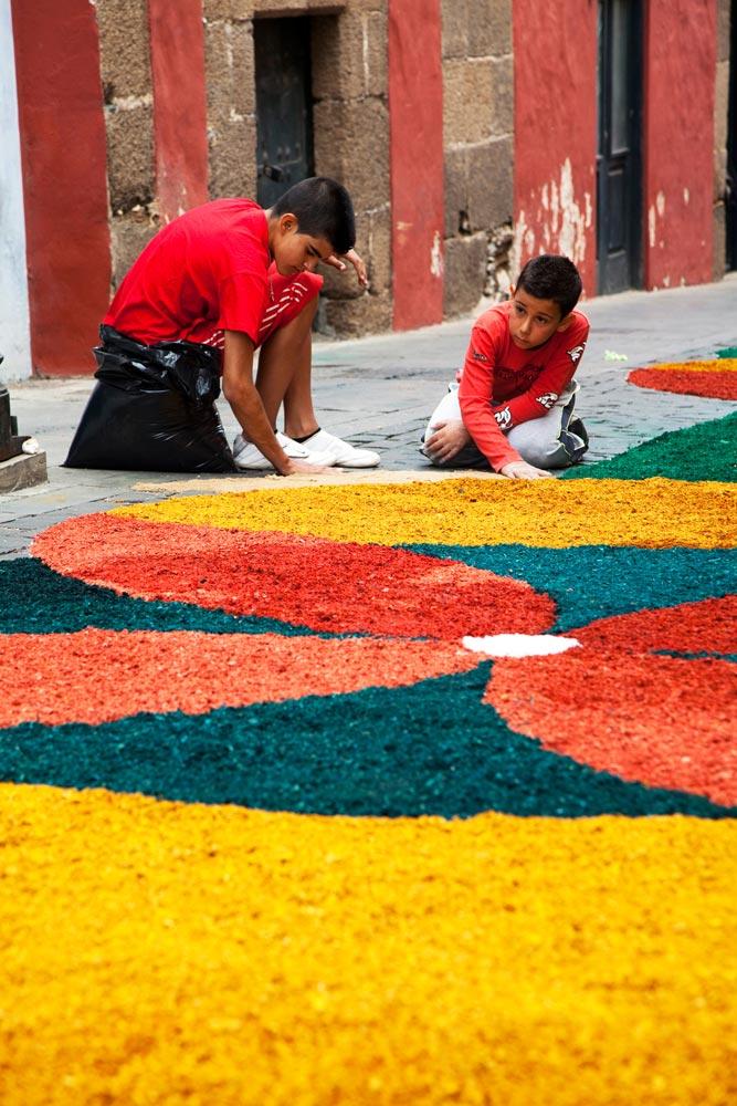 Jongeren versieren de straten in Guia op Gran Canaria