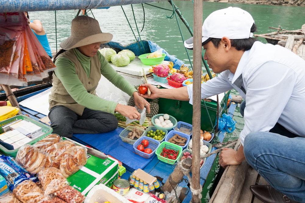 Vietnam Halong Bay - de varende supermarkt