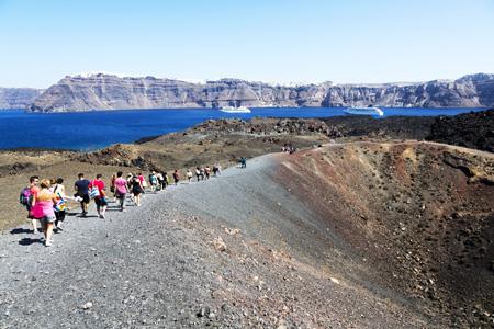 Santorini, Cycladen, Griekenland: wandelen op de vulkaan Neo Kameni