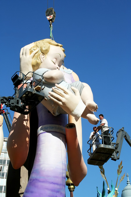 Valencia, Spanje, Las Fallas festival. De beelden worden met hoogwerkers in elkaar gezet