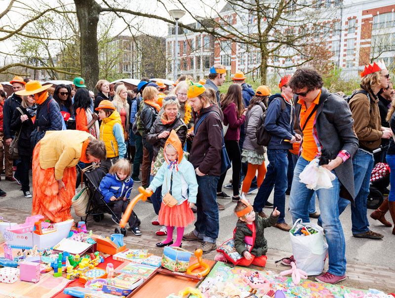 Vrijmarkt op Koningsdag in Amsterdam. Koningsdag, koninginnedag, vieren, typisch Hollands, Nederland, vieren, feest, festival, Amsterdam, oranje,