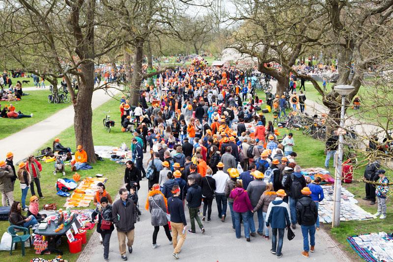 Koningsdag betekent de vrijmarkt en dus drukte in het Vondelpark. Koningsdag, koninginnedag, vieren, typisch Hollands, Nederland, vieren, feest, festival, Amsterdam, oranje,