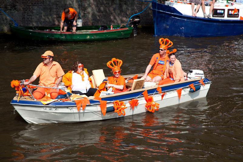 Varen tijdens Koningsdag in Amsterdam. Koningsdag, koninginnedag, vieren, typisch Hollands, Nederland, vieren, feest, festival, Amsterdam, oranje,