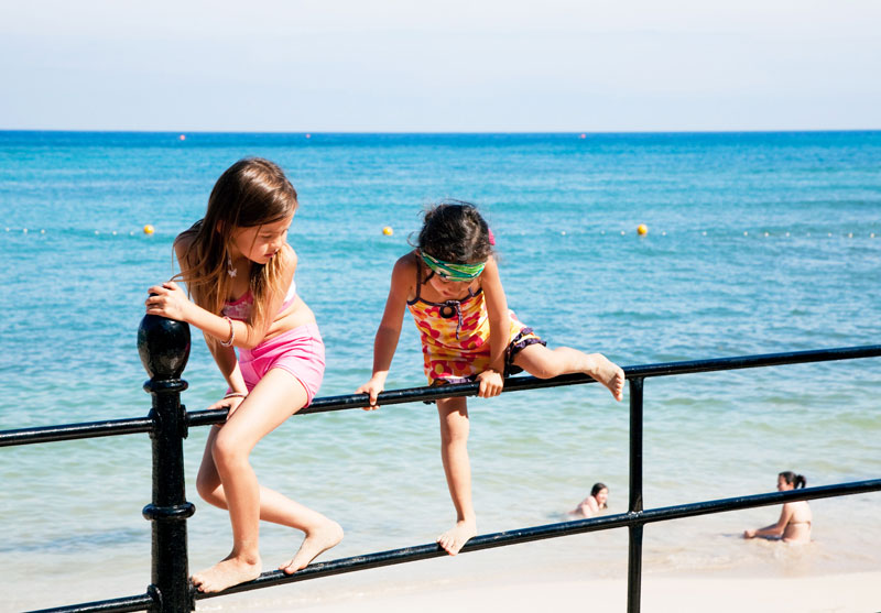 Cool down in zee bij Santa Eulalia, Ibiza, Spanje