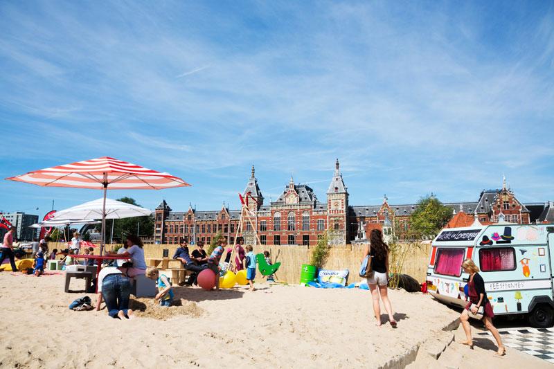 Stadsstrand Playground CS met op de achtergrond Amsterdam Centraal Station