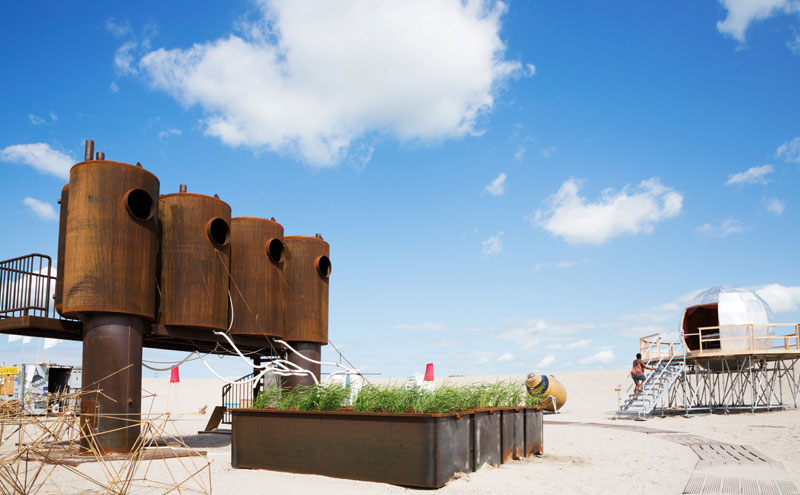 Het douche- en toiletblok van de Urban Campsite bij stadsstrand Blijburg in Amsterdam
