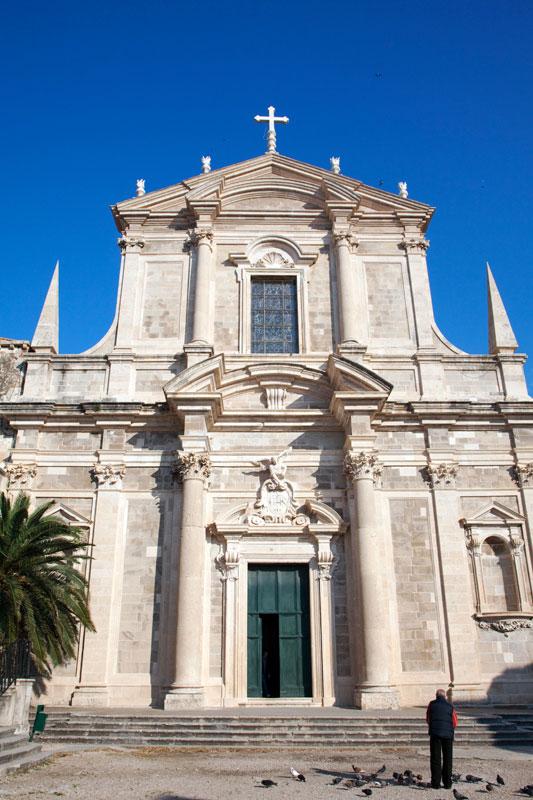 Duiven voeren bij de Jezuietenkerk. Dubrovnik, Kroatie