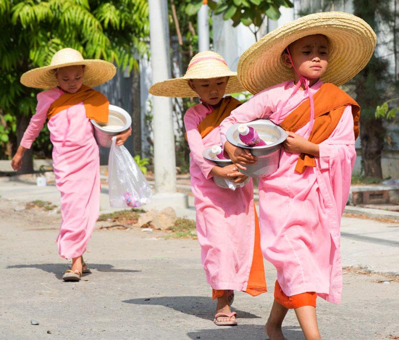 Jonge nonnen op straat in Mandalay, Myanmar