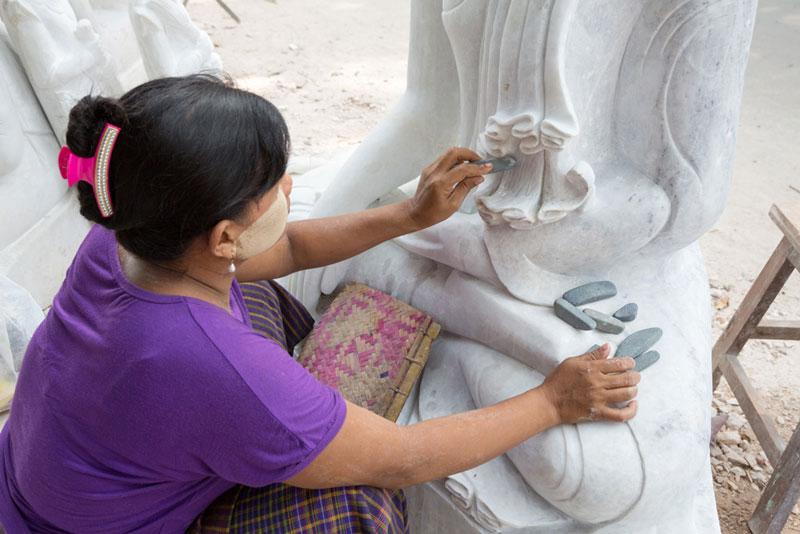 Vrouw maakt boeddhabeelden in Mandalay, Myanmar, Birma