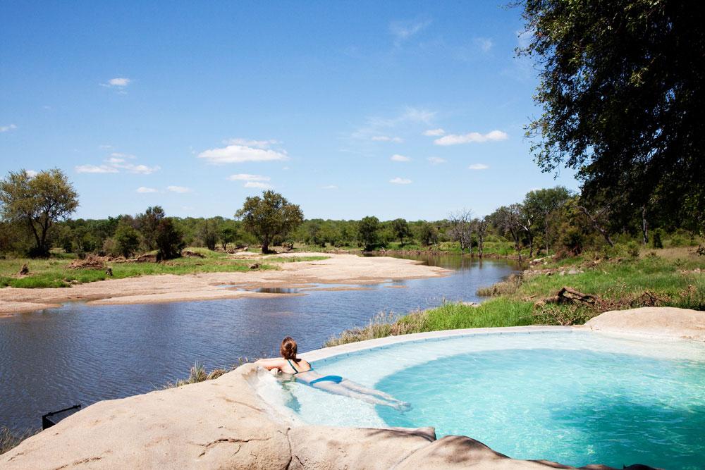 Het zwembad naast de rivier bij het safari-kamp Motswari, Timbavati Nature Reserve, Zuid-Afrika