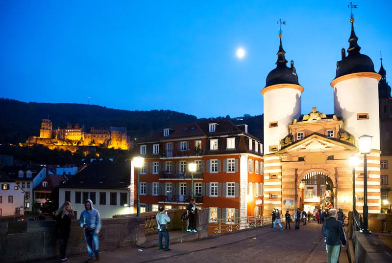 De beroemde brug over de Neckar, een van de meest romantische plekken van Heidelberg