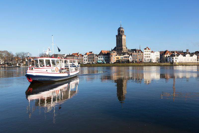 De skyline van Deventer met de IJssel op de voorgrond