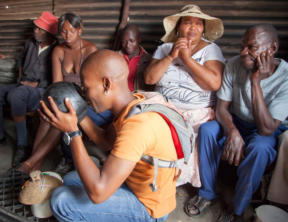 Bier drinken in een shebeen in township Soweto, Johannesburg, Zuid-Afrika.