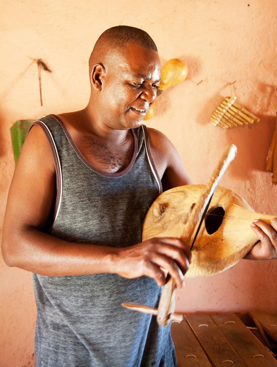 Houtbewerker Thomas Kubayi, een van de deelnemers van de Ribollo Art Route in Limpopo, Zuid-Afrika.