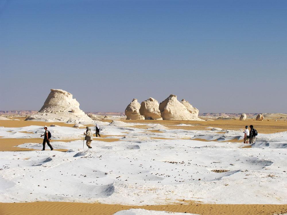 Wandelen in de Sahara woestijn, de Western Desert in Egypte