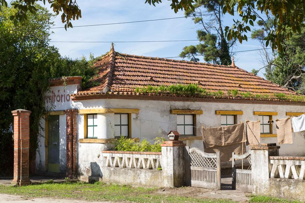 De oude huizen van werknemers op het terrein van porseleinfabriek Vista Alegre in Ilhavo, Centro de Portugal