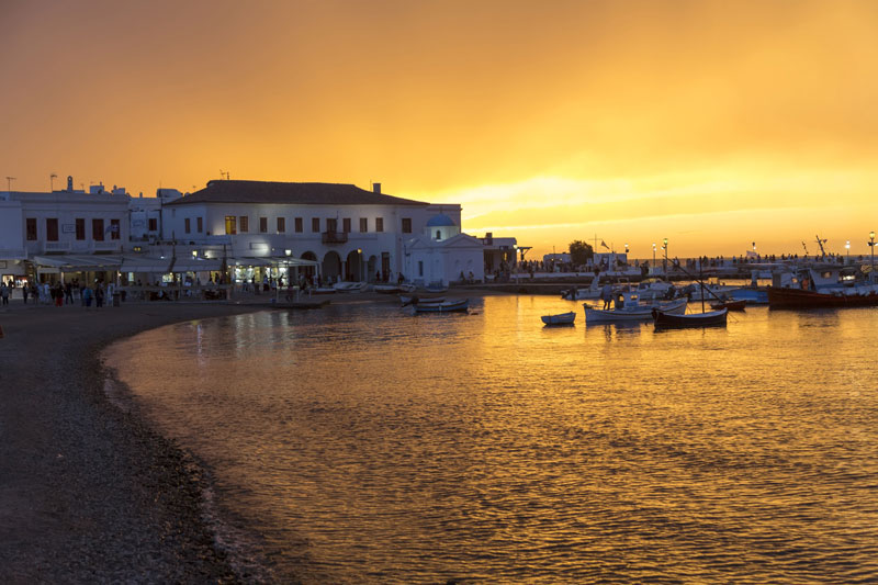 Zonsondergang in de haven van Mykonos
