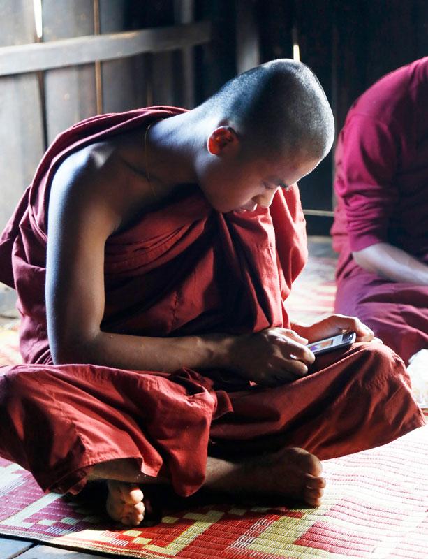 Binnengluren bij het klooster nabij Kalaw, Myanmar.