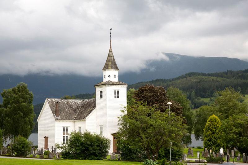 De sobere kerk in Ulvik, althans de buitenkant.