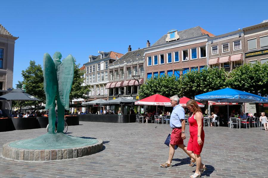 Stedentrip Zwolle: slenteren over de Grote Markt met de Glazen Engel van Herman Lamers