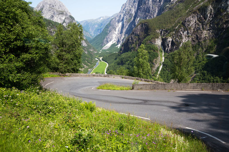 Bustocht door de bergen, met haarscherpe haarspeldbochten, Noorwegen