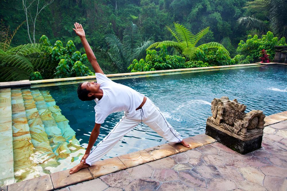 Een yoga les in het luxe Bagus Jati Resort op Bali, Indonesie