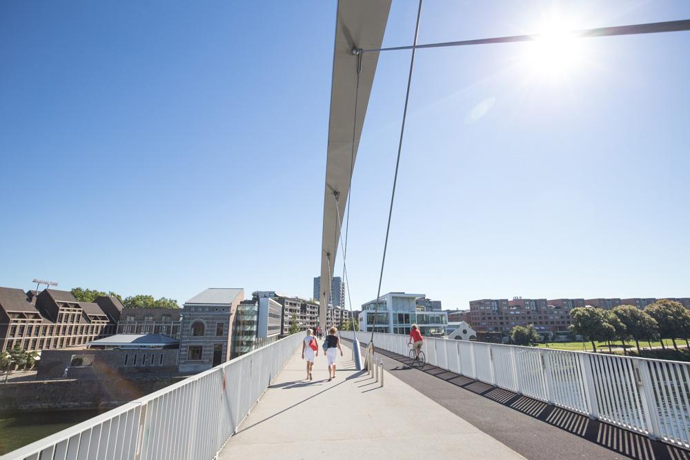 Stedentrip Maastricht: de hoge fiets-wandelbrug geeft je een prachtig beeld over Maastricht