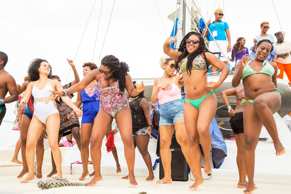 Okay, move that body baby. Feesten op een catamaran op Barbados