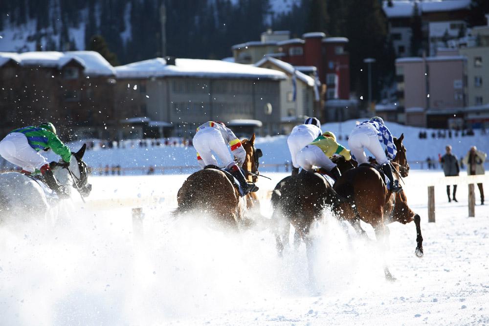 Actie op het meer: paardenraces op het ijs in Arosa