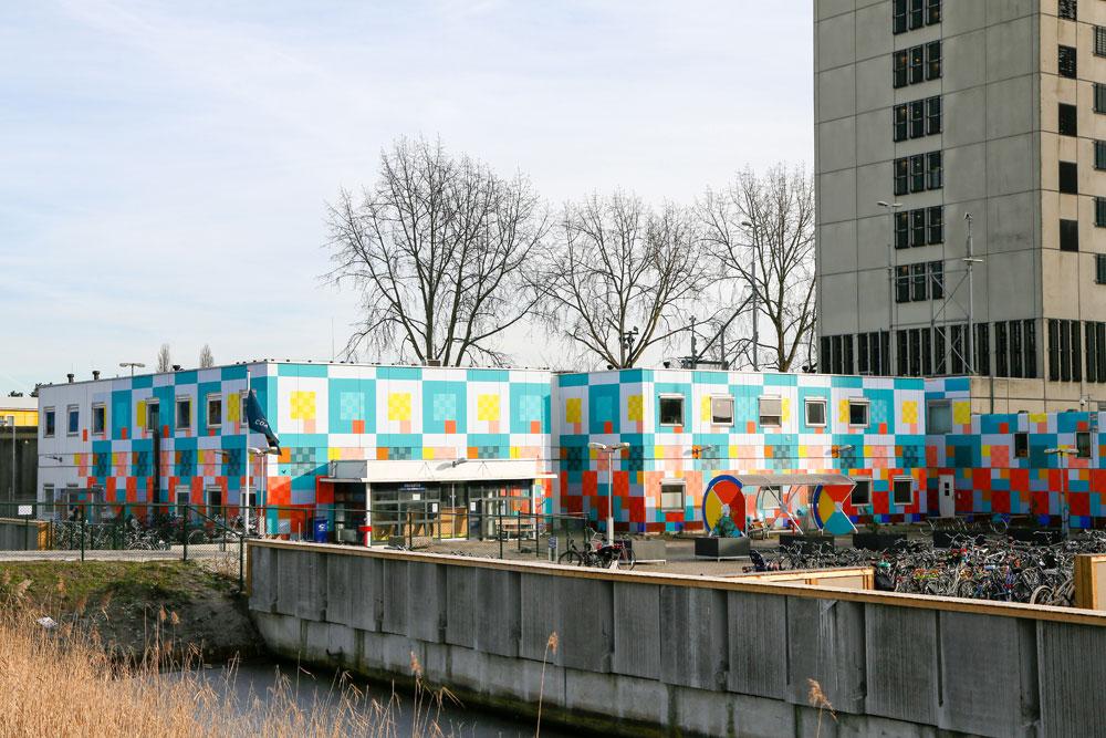 De voormalige Bijlmerbajes in Amsterdam, nu AZC
