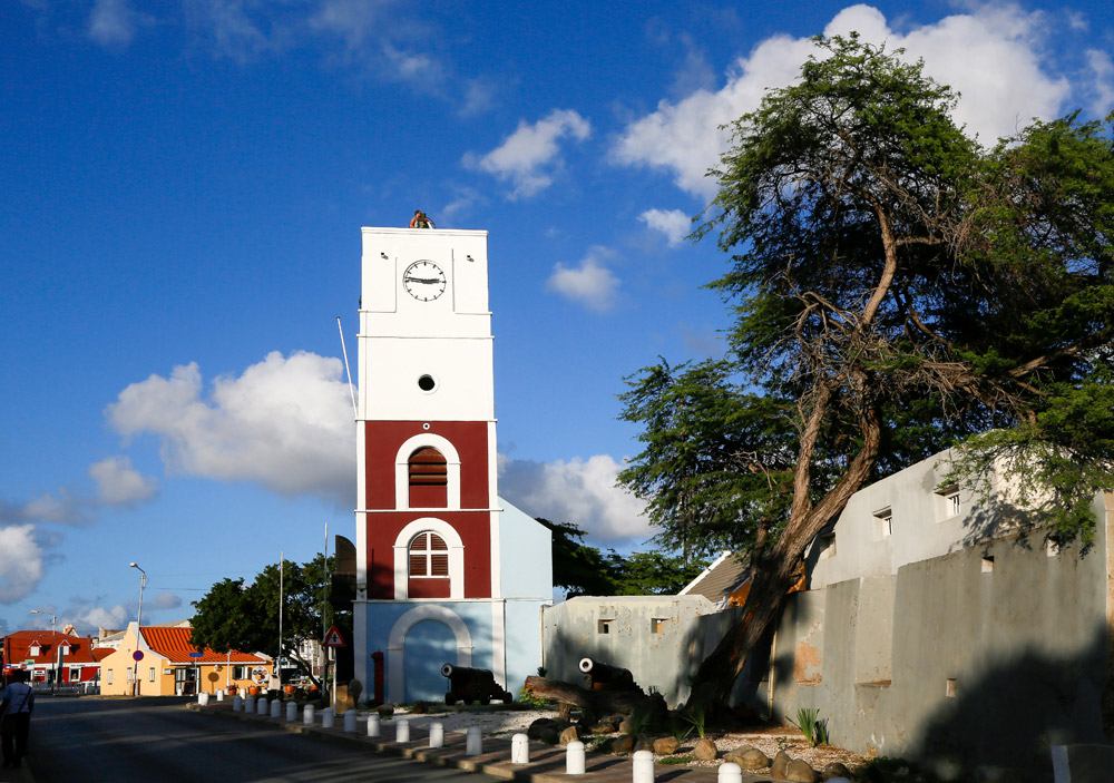 De Willem II toren en fort Zoutman in Oranjestad