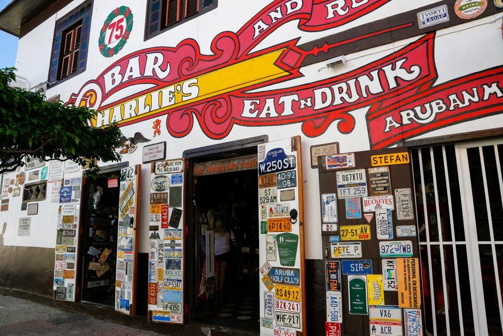 Charlie's Bar in San Nociloas, de oudste bar van Aruba.