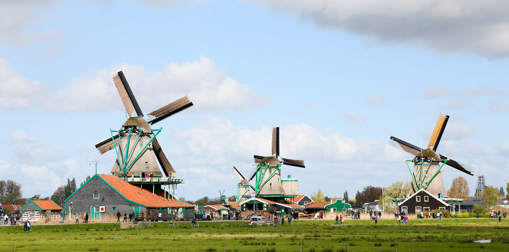 Veel Hollandser dan dit wordt het landschap niet. Toeristische trekpleister De Zaanse Schans in Zaandam. Op de Kalverringdijk staan diverse nog werkende molens.,