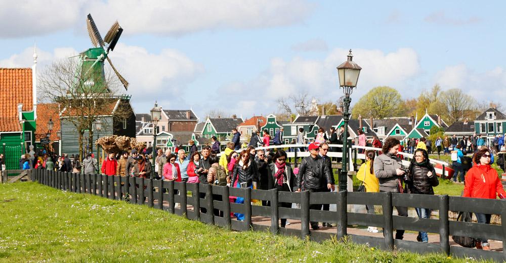 De Zaanse Schans is de meest populaire toeristische attractie van Nederland bij buitenlandse toeristen. Toeristische trekpleister De Zaanse Schans in Zaandam. Op de Kalverringdijk staan diverse nog werkende molens.,
