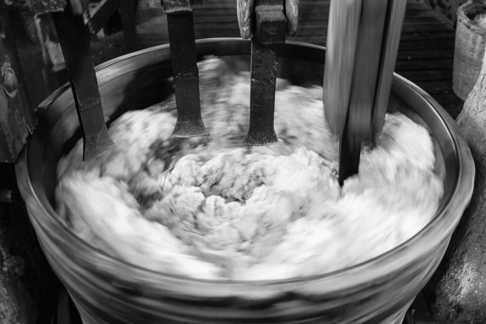 In de stamperton worden de stukjes stof fijn gehakt. Papiermolen De Schoolmeester in Westzaan, Nationale Molendag