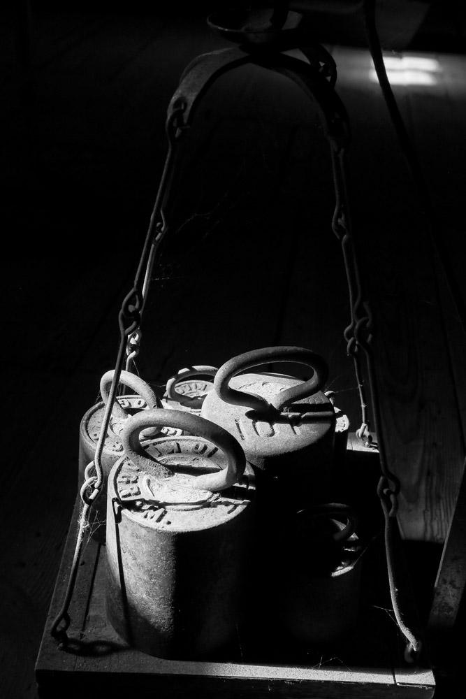 Een oude weegschaal in Papiermolen De Schoolmeester in Westzaan
