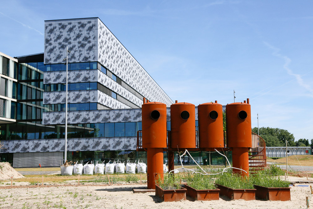 Urban Campsite Amsterdam: De Tribal Toilet Tower van Atelier van Lieshout (met douches)
