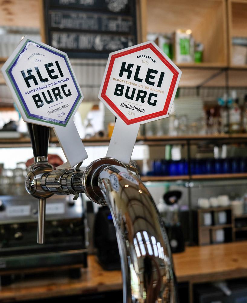 Bier van de tap: het echte Kleiburg kloosterbier - microbierbrouwerij Kleiburg i Amsterdam Zuidoost waar kloosterbier gemaakt wordt.