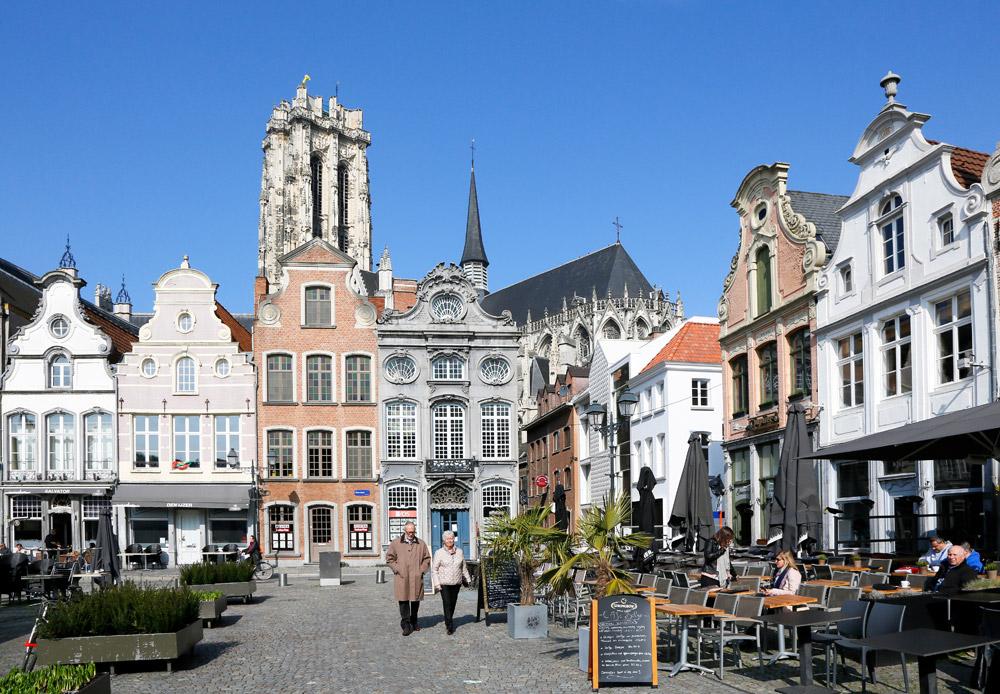 De Grote Markt, een ratjetoe van bouwstijlen Stedentrip Mechelen, Belgie