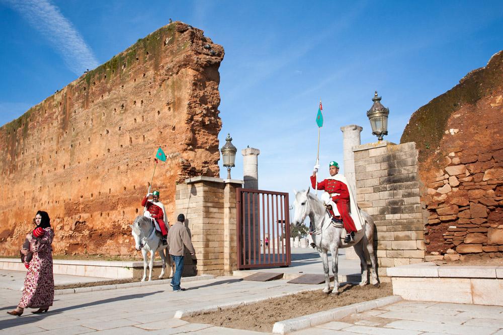 Wachters bij de entree van het Hassan Complex , Rondreis Marokko, koningssteden, camperrondreis,