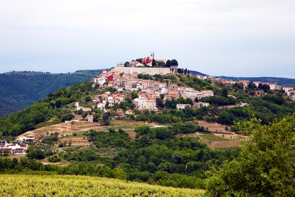 Als slagroom op een berg, het dorp Motovun Kamperen in Istrie, Kroatie, go4holiday, camping