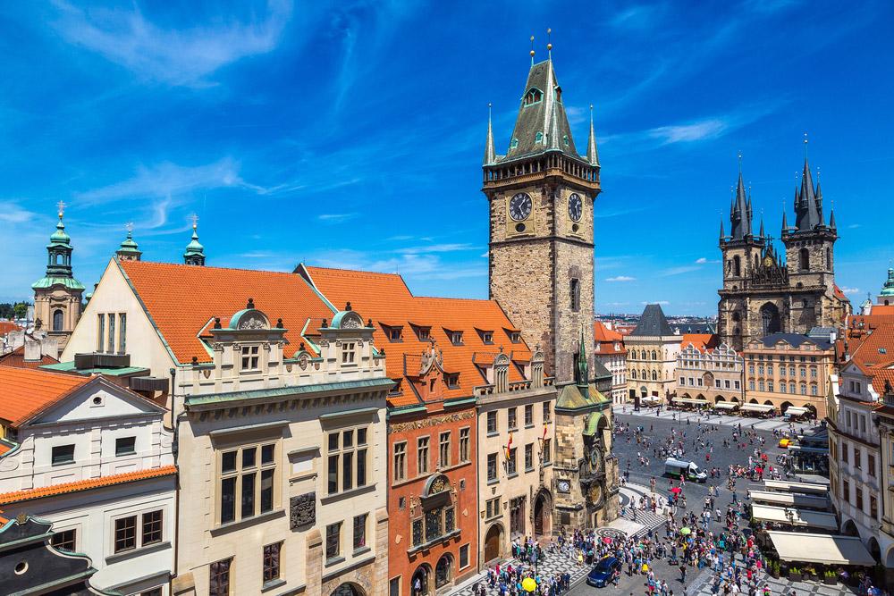 Het Oudestadsplein met op de voorgrond het Oudestadsraadhuis en op de achtergrond de Týnkerk, Praag, Tsjechie