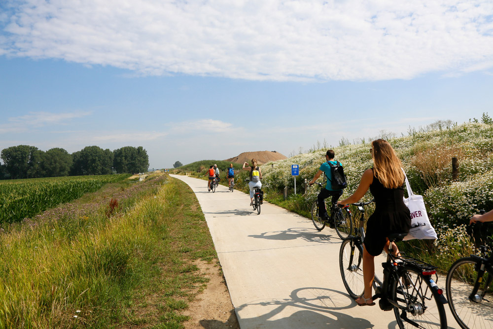 Fijn, in Belgie zijn veel autovrije fietspaden op de oude dijken gemaakt, RivierPark Maasvallei