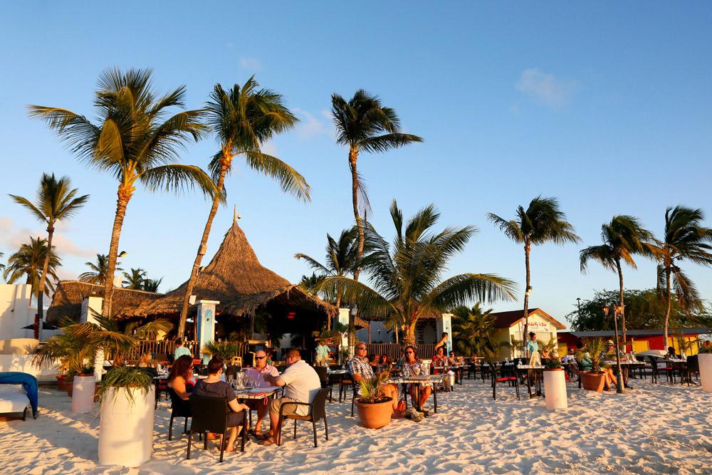 Voeten in het zand bij restaurant Barefoot, Eat Local Restaurantweek Aruba