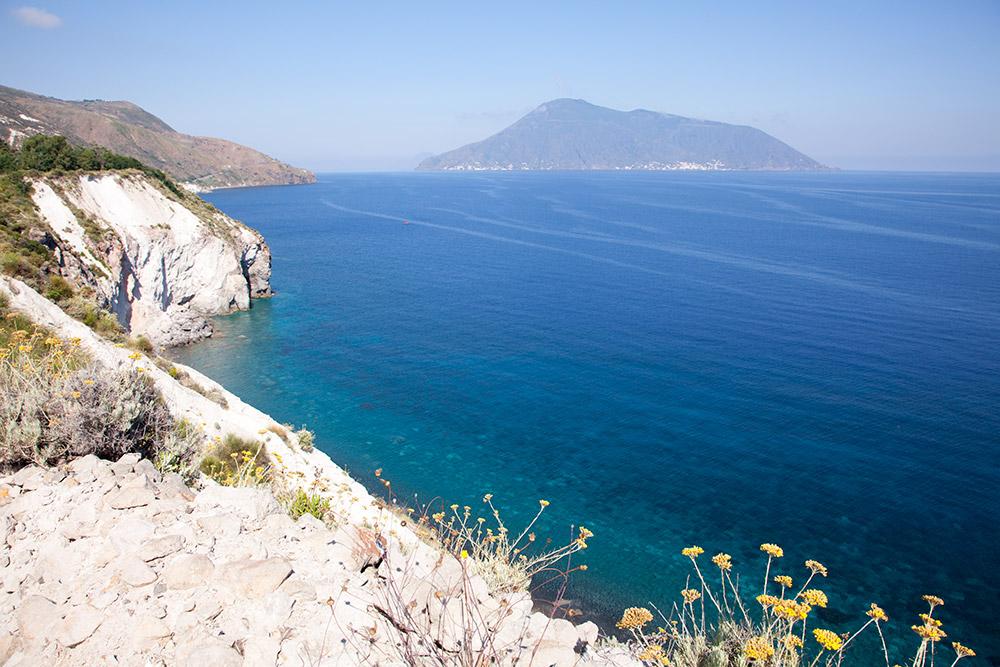 Witte puimsteenafzettingen bij de Cave di Pomice, Eolische eilanden, Lipari eilanden, Italie