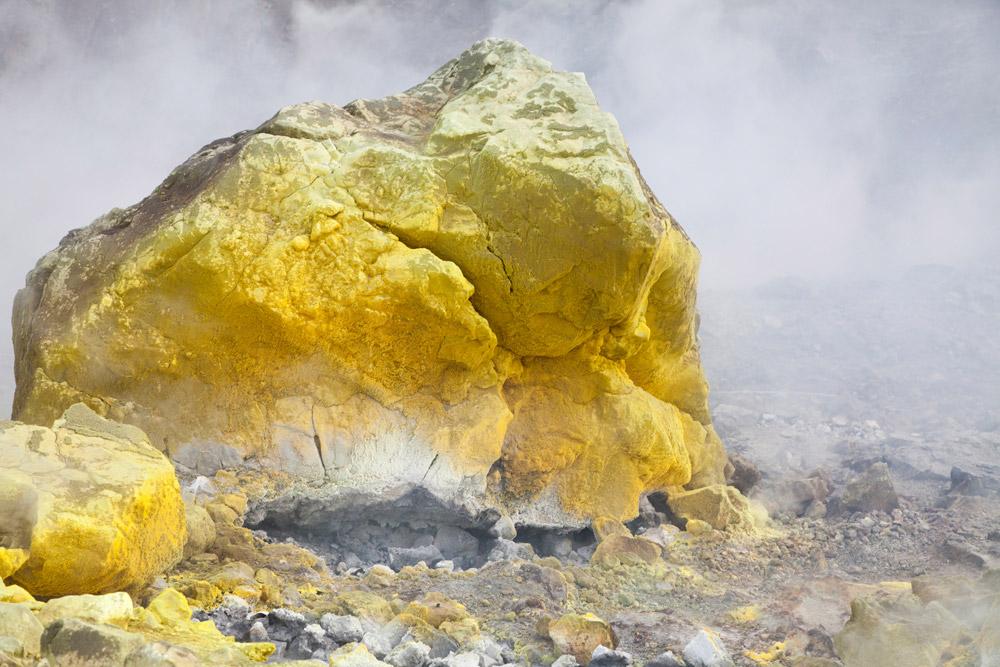 Gele zwavelafzettingen op Vulcano, Eolische eilanden, Eolische eilanden, Lipari eilanden, Italie